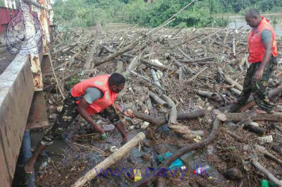 Navy assists to remove debris clogged in Wakwella Bridg 2017 5 29